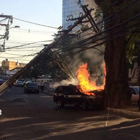 Após acidente, poste cai e táxi é tomado por fogo, em Niterói Foto: Foto do leitor Rafael Henrique Sousa