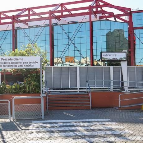 Futuro indefinido. A administração do Città América não sabe se irá murar o local, por enquanto os tapumes devem permanecer Foto: BARBARA LOPES