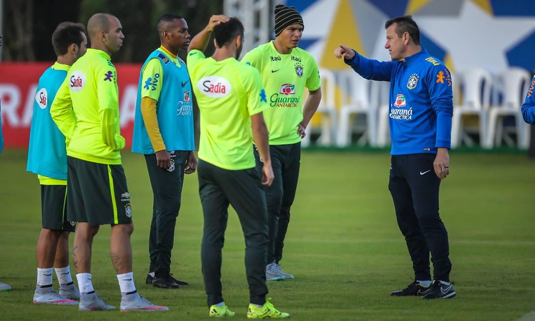 O técnico Dunga conversa com os jogadores da seleção no treino desta quinta, em Viamão JEFFERSON BERNARDES / AFP