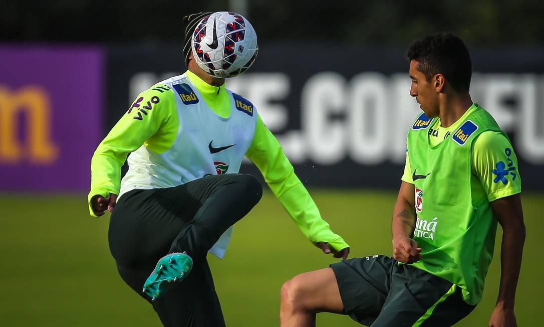 Thiago Silva, à esquerda, e Marquinhos dividem a bola no treino desta quinta JEFFERSON BERNARDES / AFP