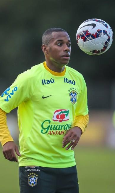 O atacante do Santos parece hipnotizado pela bola JEFFERSON BERNARDES / AFP
