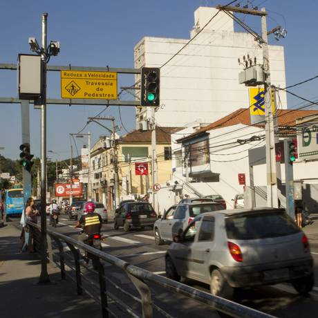 Carro passa por pardal na Alameda São Boaventura: multas de trânsito caíram 3,5% este ano Foto: Bia Guedes / Agência O Globo