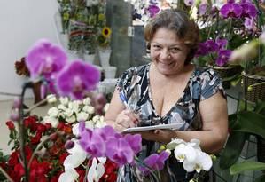 Angélica Belfort escreve declarações de amor na Camélia Flores Foto: Fabio Rossi / Agência O Globo