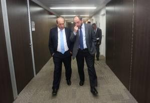 Corpo a corpo. Augusto Nardes e Luís Adams conversam no TCU: tentativa de convencimento Foto: André Coelho