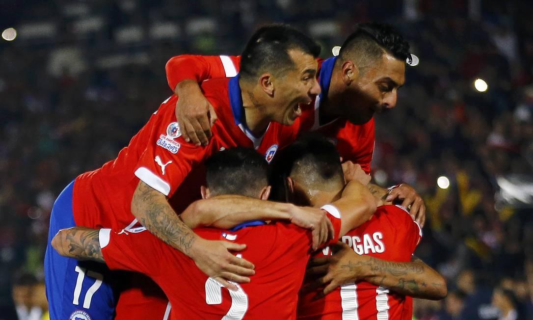 Vidal é festejado após o gol IVAN ALVARADO / REUTERS