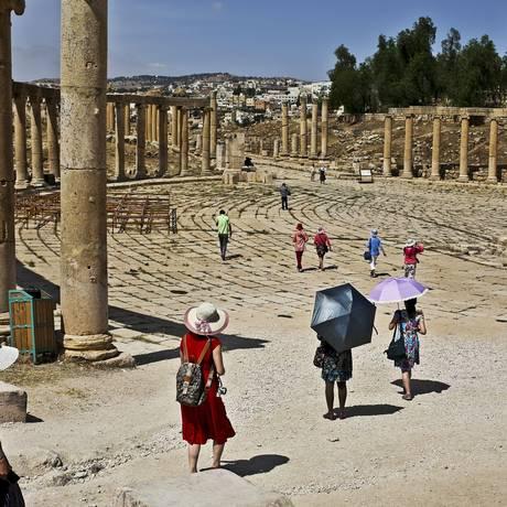 Turistas chineses exploram o Jerash, na Jordânia Foto: NYT/22-5-2015