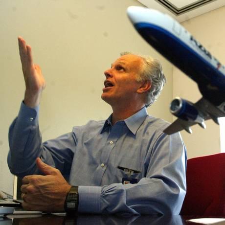 David Neeleman costuma perguntar aos passageiros sobre os serviços da Azul Foto: Ricardo Bakker / RICARDO BAKKER/DIARIOSP