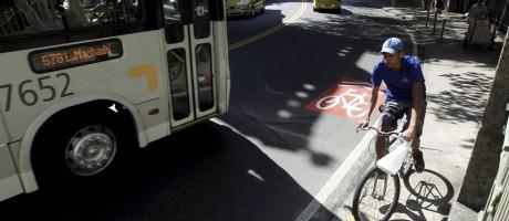 Mesmo com a ciclofaixa sinalizada, ciclista prefere utilizar a calçada Foto: Gabriel de Paiva / Agência O Globo