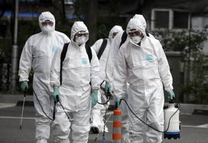 Agentes de saúde espalham solução antiséptica contra o coronavírus MERS, em Seul Foto: Lee Jin-man / AP