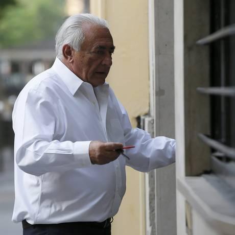 Inocentado, Dominique Strauss-Kahn entra em seu apartamento em Paris Foto: GONZALO FUENTES / REUTERS
