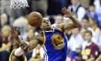 Andre Iguodala (9), do Golden State Warriors, sofre falta de LeBron James, do Cleveland Cavaliers, durante o quarto jogo da série final da NBA