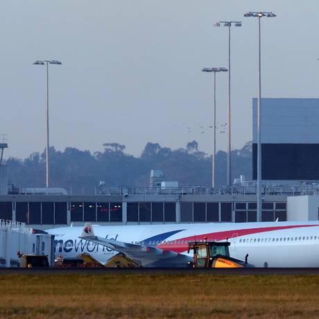 Avião da Malaysia Airlines fez um pouso de emergência em Melbourne, na Austrália Foto: THEO KARANIKOS / AFP