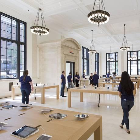 Atendentes em nova loja da Apple no Upper East Side, em Nova York Foto: Mark Lennihan / AP