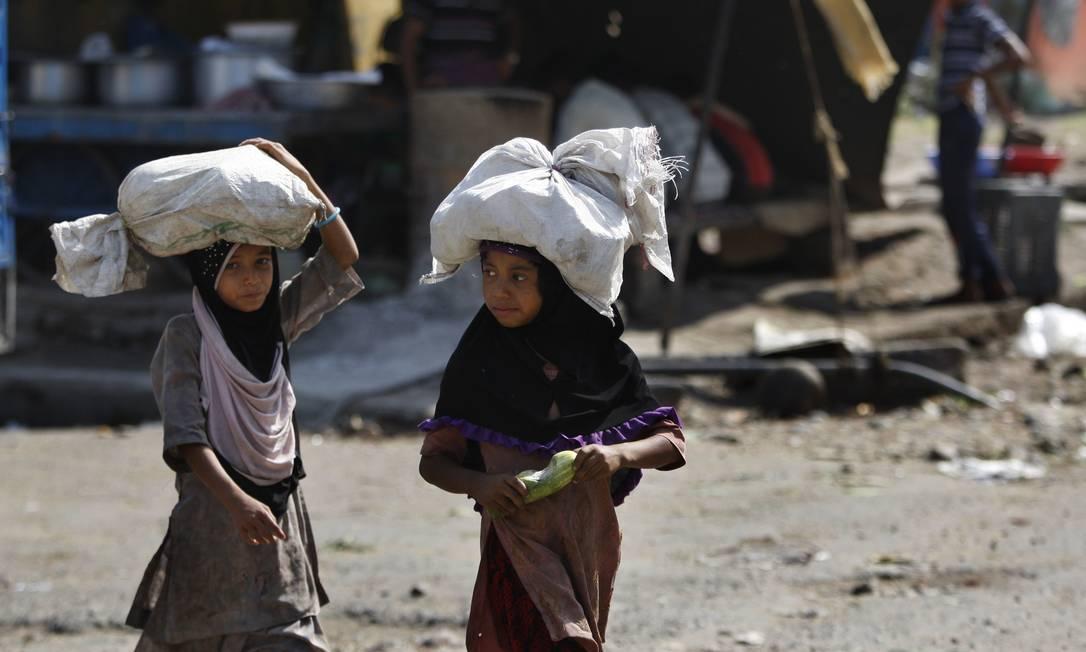 Na Índia, estima-se que 13 milhões de crianças trabalhem e leis que obrigam a frequência à escola são desrespeitadas no país Channi Anand / AP