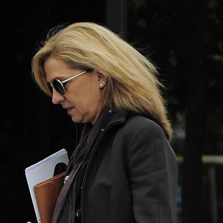 Princesa Cristina caminha em direção a seu escritório em Barcelona, na Espanha Foto: Manu Fernandez / AP
