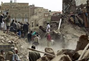 Iemenitas procuram por sobreviventes sob os escombros de casas destruídas em Sanaa após ataque aéreo saudita Foto: MOHAMMED HUWAIS / AFP