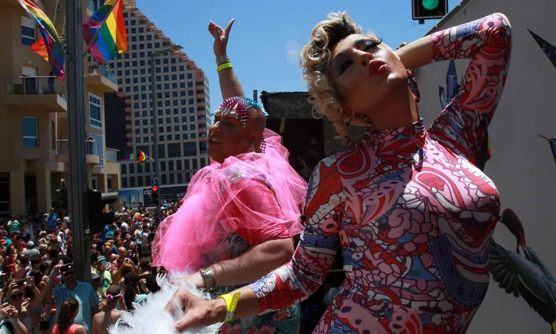 Drag queens israelenses dançam em um caminhão na Parada Gay em Tel Aviv GIL COHEN-MAGEN / AFP