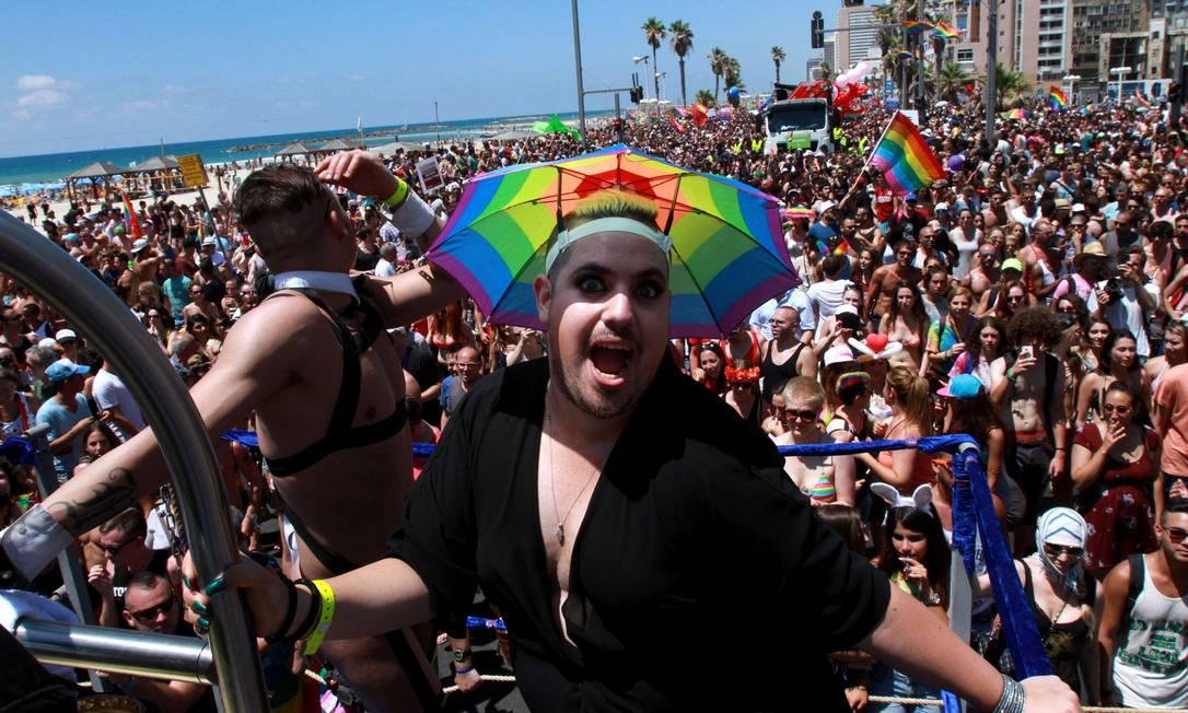 Go-go boys e drag queens na festa LGBT de Israel GIL COHEN-MAGEN / AFP