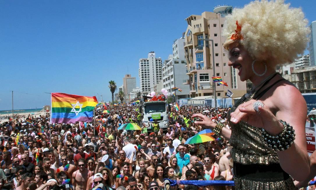 Milhares de pessoas foram à parada gay nesta sexta-feira festejar o orgulho LGBT GIL COHEN-MAGEN / AFP