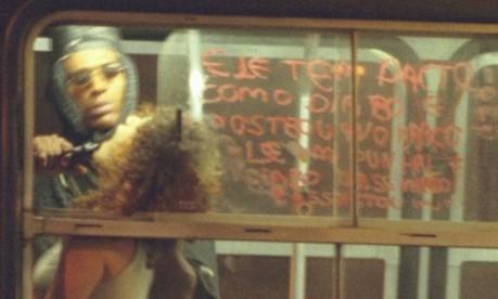 Terror no ônibus. Sandro Barbosa do Nascimento coloca arma na boca de Geísa Firmo Gonçalves e ameaça atirar Foto: Marcelo Carnaval 12/06/2000 / Agência O Globo
