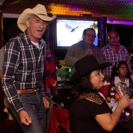 Ponto de encontro. Gavião Cowboy, de chapéu, com amigos de diferentes regiões do país no quiosque Foto: Agência O Globo / Bia Guedes
