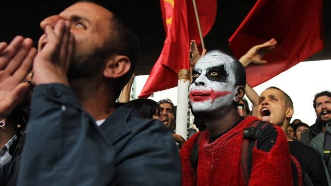 Grevistas vaiaram os contrários à manutenção da paralisação Foto: Michel Filho / Agência O Globo