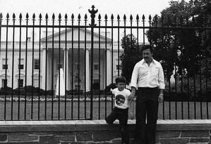 O narcotraficante colombiano Pablo Escobar e o filho, Juan Pablo, diante da Casa Branca Foto: Acervo pessoal de Juan Pablo Escobar / Editora Planeta