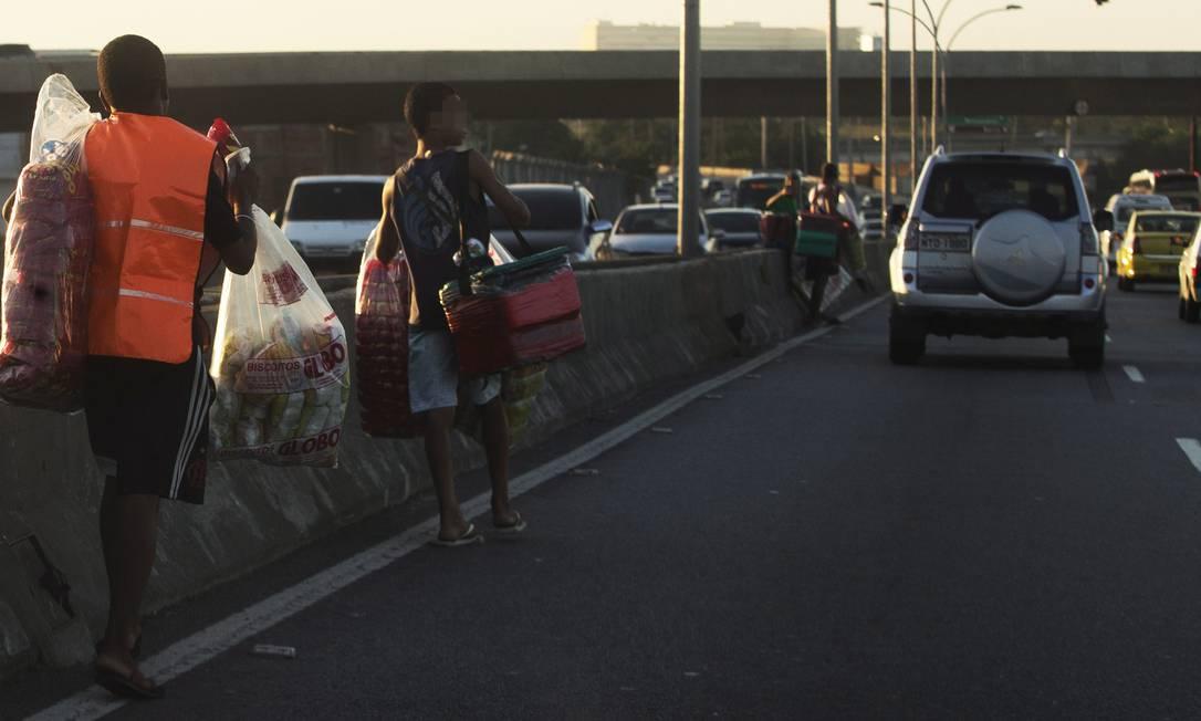 A Constituição Federal veta qualquer tipo de trabalho antes dos 14 anos. Na foto, menores vendem biscoito e água na Linha Vermelha - Arquivo Foto: Antonio Scorza / Agência O Globo