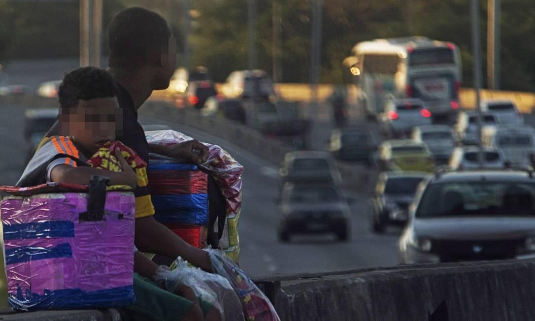 O Brasil tem 1,8 milhão de crianças e jovens com idade entre 5 e 17 anos que trabalham e não deveriam, segundo o IBGE. Os dados são referentes a 2016. Na foto, menores vendem biscoito e água na Linha Vermelha, Rio de Janeiro - Arquivo Foto: Antonio Scorza / Agência O Globo