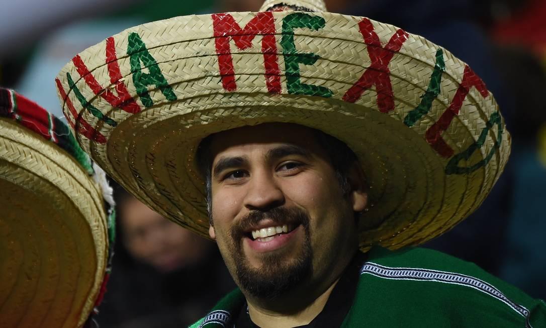 O tradicional sombrero não poderia faltar na torcida mexicana LUIS ACOSTA / AFP