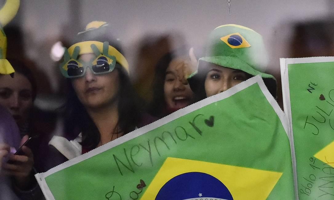 As Neymarzetes marcaram presença na chegada da seleção brasileira a Temuco RODRIGO BUENDIA / AFP