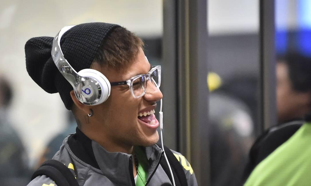 Neymar sorri no desembarque da seleção em Temuco RODRIGO BUENDIA / AFP