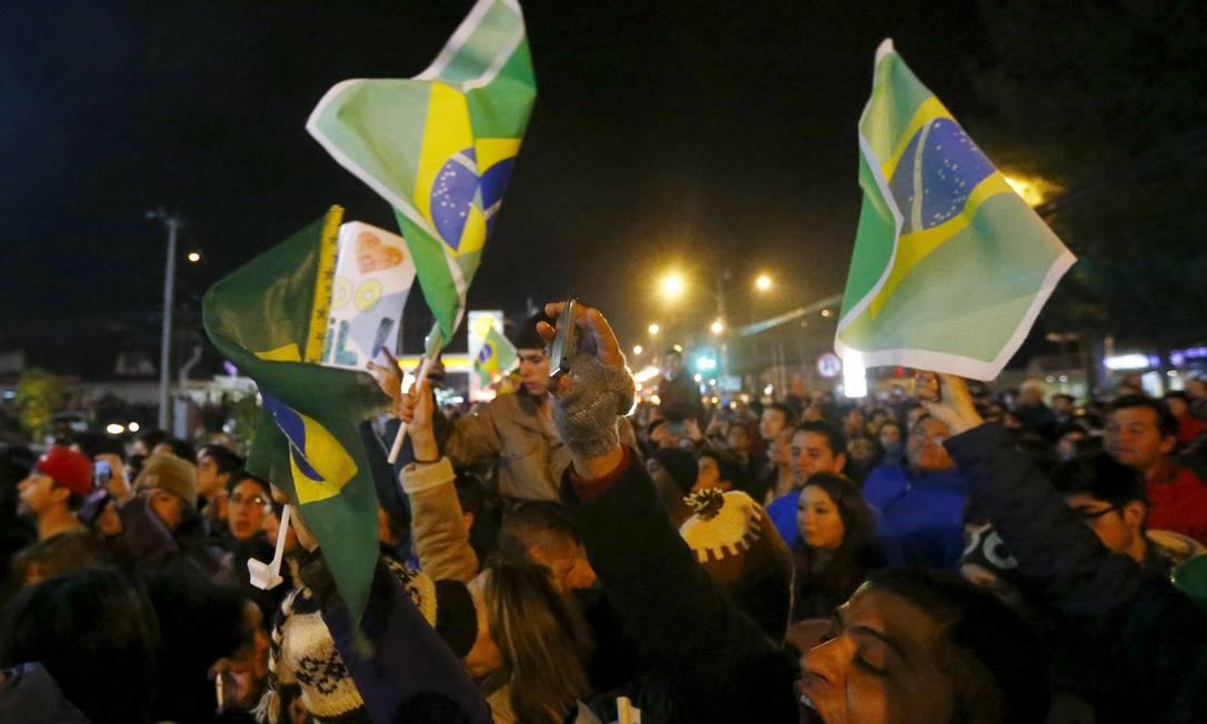 Torcedores gritam na chegada da delegação brasileira a Temuco RICARDO MORAES / REUTERS