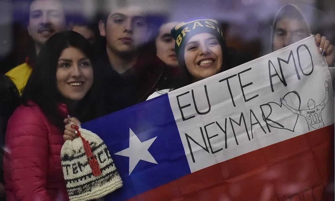 Torcedora com a bandeira do Chile também declara seu amor ao camisa 10 da seleção brasileira RODRIGO BUENDIA / AFP