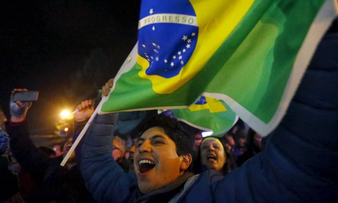 Orgulhoso, torcedor exibe a bandeira do Brasil RICARDO MORAES / REUTERS