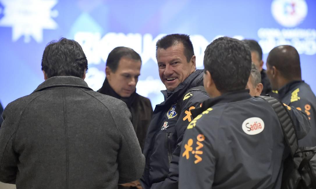 Ate o quase sempre sisudo técnico Dugna sorri na chegada ao Chile RODRIGO BUENDIA / AFP