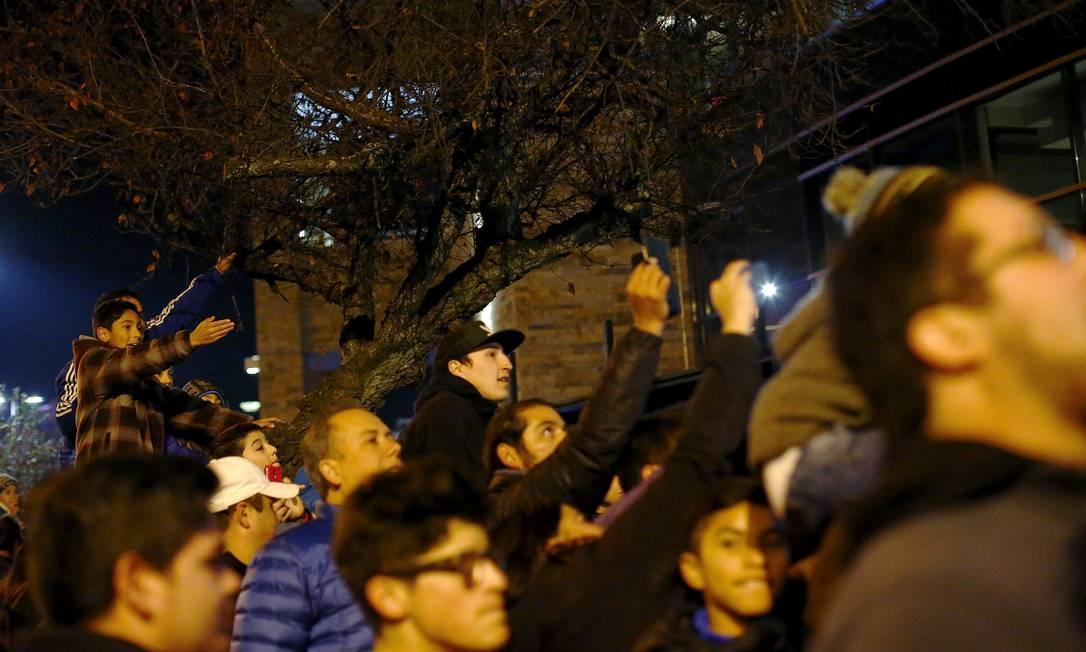 Uma multidão parou em frente ao hotel da seleção, em Temuco RICARDO MORAES / REUTERS