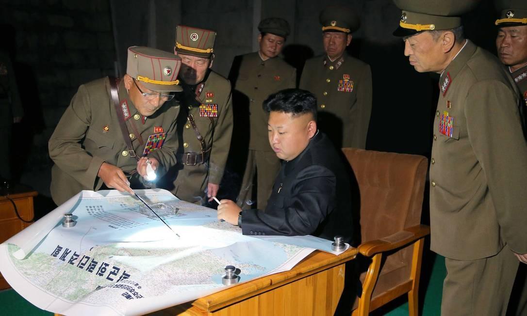 Kim Jong-un avalia plano de lançamento de foguetes apresentados pelas Forças Armadas Foto: KNS / AFP