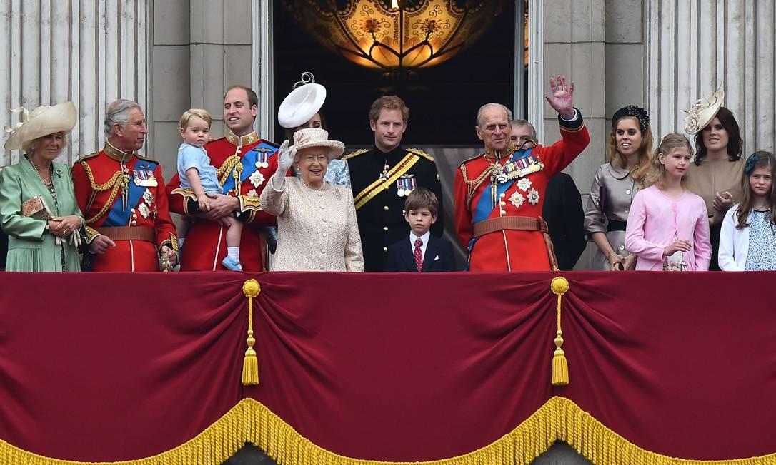Membros da família real acenam para a multidão na varanda do Palácio de Buckingham Foto: BEN STANSALL/AFP