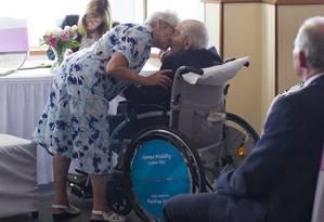 Doreen Luckie, 91, beija o marido George Kirby (R), 103 Foto: JUSTIN TALLIS / AFP