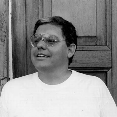 O jornalista, escritor e compositor Fernando Brant, em 1990 Foto: Agência O Globo
