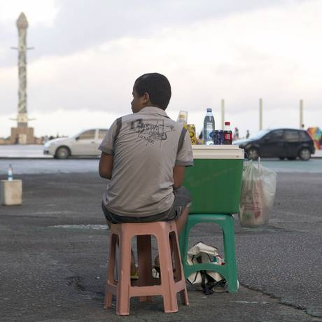 Criança vende bebidas no bairro de Recife Antigo Foto: Hans von Manteuffel/ Agência O Globo