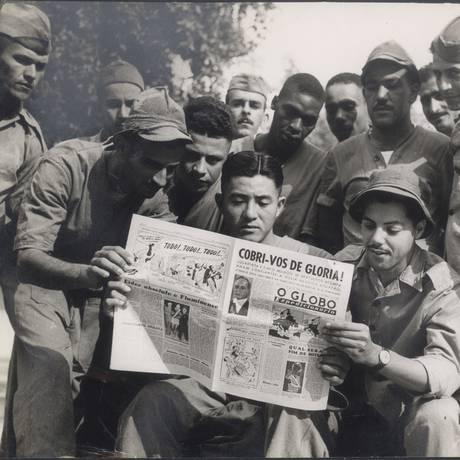 No front: Soldados da FEB leem a primeira edição de O GLOBO Expedicionário com mensagem do então presidente Getulio Vargas Foto: Arquivo O Globo