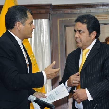 Patricio Pazmiño (à direita) é presidente da Corte Constitucional do Equador e aliado de Correa. Avalizou reforma que permitiu reeleição do presidente e lei que impôs controle à mídia. Foto: RODRIGO BUENDIA / AFP/17-1-2011