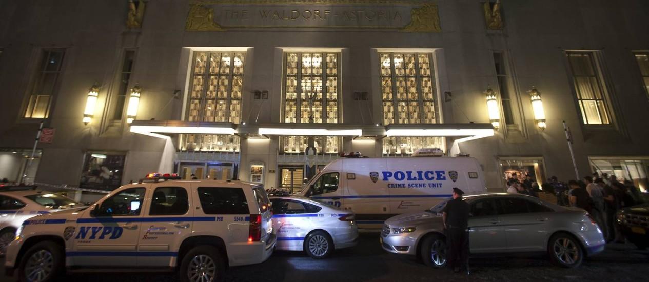 Vários carros de polícia foram deslocados para a porta do hotel Waldorf-Astoria após os disparos Foto: CARLO ALLEGRI / REUTERS