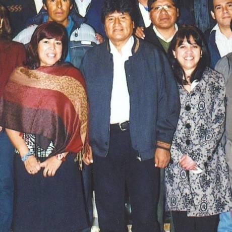 Sandra Soriano Bascopé, (à direita) com Evo Morales, é ex-senadora pelo partido do presidente boliviano, de quem é colaboradora desde a primeira eleição Foto: Reprodução do Twitter