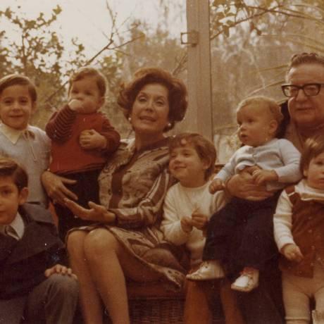 Salvador Allende, a mulher Hortensia e os netos: Maya está no colo do avô, que segura Marcia com a outra mão. Nas artes, na mídia e nos debates públicos, nome do presidente nunca esteve tão presente desde 1990 Foto: Arquivo Fundación Salvador Allende
