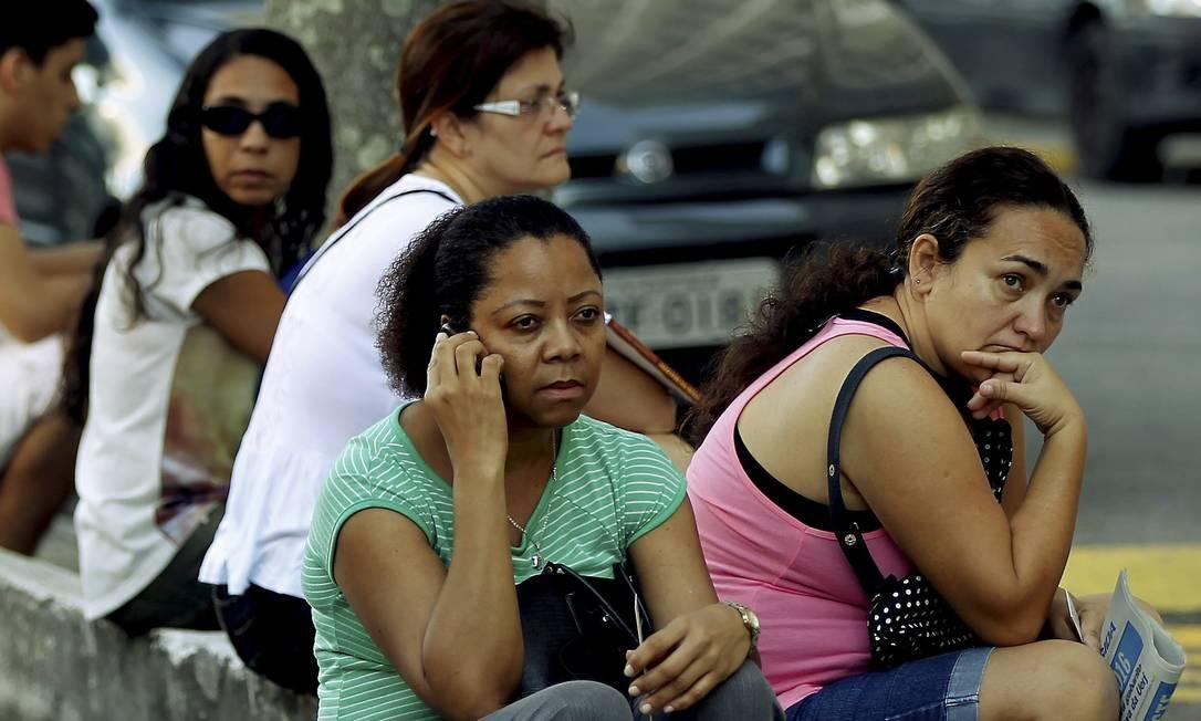 Mães aguardam os filhos do lado de fora Gabriel de Paiva / Agência O Globo