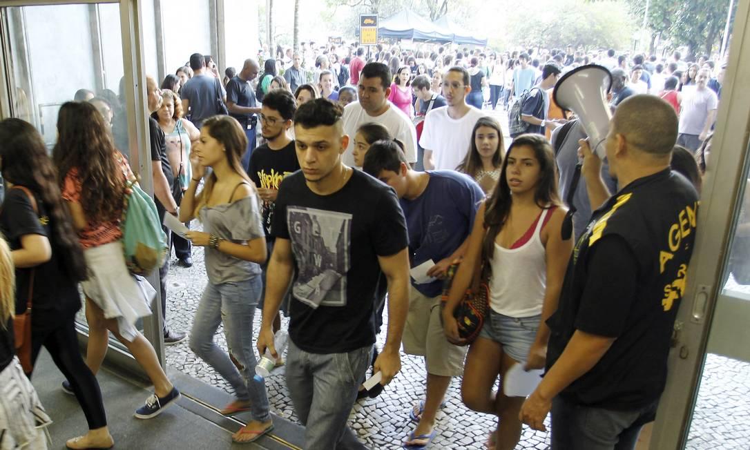Alunos entram para fazer a prova Gabriel de Paiva / Agência O Globo