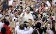 O Papa Francisco é recebido por fiéis na Praça de São Pedro